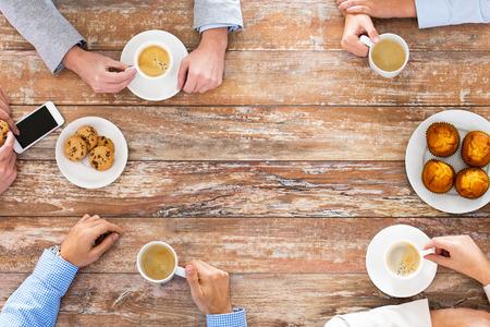 사업, 사람과 팀 작업 개념 - 가까운 창조적 인 팀 회의의 최대 및 사무실에서 점심 시간 커피를 마시는 스톡 콘텐츠
