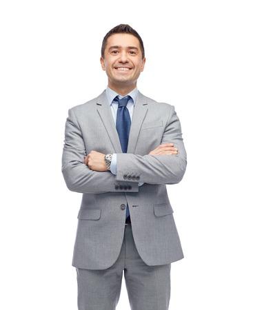 het bedrijfsleven, mensen en kantoorconcept - gelukkig lachend zakenman in pak