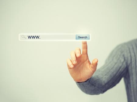 la technologie, système de recherche et internet concept - main masculine appuyant sur le bouton Recherche