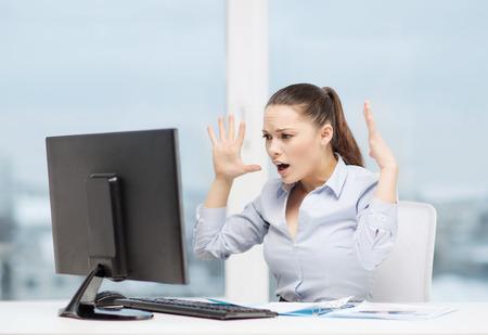 Affaires, bureau, école, problème, la crise, le stress et l'éducation notion - affaires a souligné avec un ordinateur et des documents au travail Banque d'images - 37055669