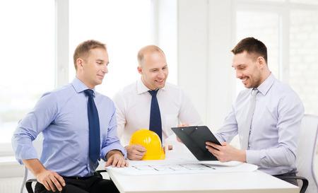arquitecto: negocio, la arquitectura y el concepto de Oficina - feliz equipo de arquitectos y dise�adores en la oficina Foto de archivo