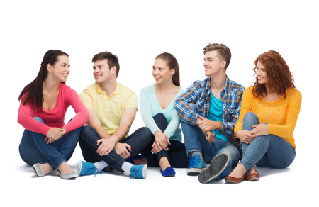 la amistad, los jóvenes y las personas - grupo de adolescentes sonrientes