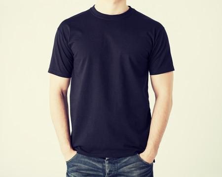 the shirt: cerca del hombre en blanco t-shirt