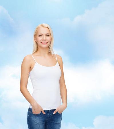 탱크 탑: t-shirt design concept - smiling woman in blank white tank top