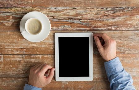 비즈니스, 교육, 사람과 기술의 개념 - 가까운 테이블에 태블릿 pc 컴퓨터와 커피 컵 남성 손까지