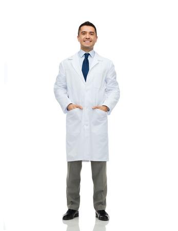cuidado de la salud, la profesión, la gente y el concepto de la medicina - sonriendo médico masculino en bata blanca Foto de archivo