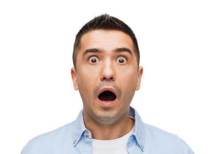 asustado: el miedo, las emociones, el horror y el concepto de la gente - hombre gritando de miedo