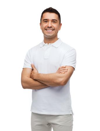 štěstí a lidé koncept - usměvavý muž v bílé tričko se zkříženými zbraní