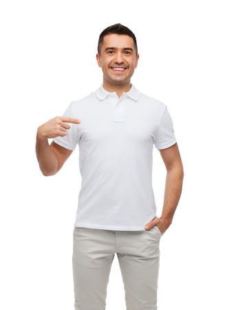 幸福、広告、ファッション、ジェスチャーおよび人々 のコンセプト - t シャツ自分で人差し指で人を笑顔