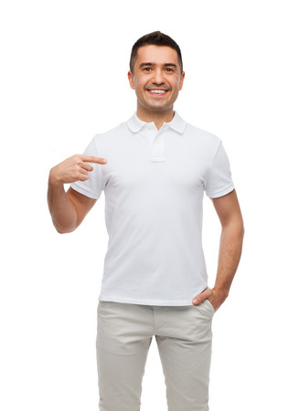 felicità, pubblicità, moda, gesto e la gente il concetto - uomo sorridente in t-shirt dito puntato su se stesso