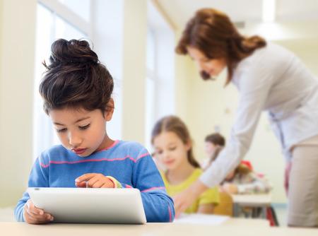 vzdělání, základní škola, technologie a děti koncepce - malá student dívka s Tablet PC v průběhu školení a učitelů pozadí