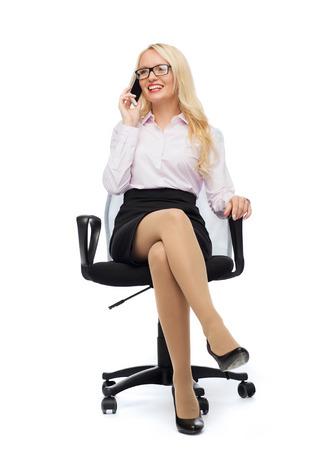 secretaries: empresaria sonriente, estudiante o secretario sentado en la silla de la oficina y se invita a teléfono inteligente más de fondo blanco