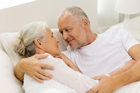 vejez feliz: familia, la hora de dormir, de reposo, la edad y las personas concepto - feliz acoplador mayor que miente en malo en casa