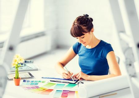 conception: design d'intérieur et le concept de rénovation - femme travaillant avec des échantillons de couleurs pour la sélection