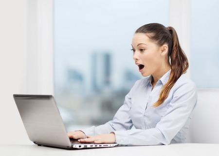 surprised: comercial y de oficinas concepto - sorprendido de negocios utilizando su ordenador portátil