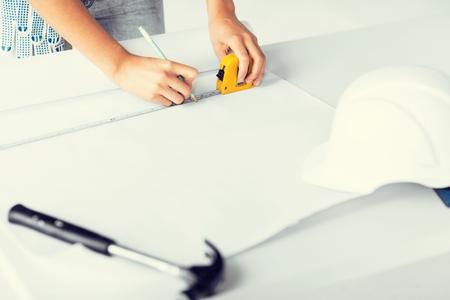 cintas metricas: la arquitectura y el concepto de renovación del hogar - arquitecto basándose en el modelo utilizando ruller flexibles