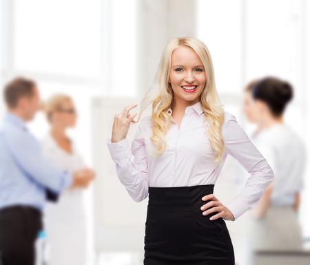 secretaria: negocio, trabajo en equipo y concepto de la gente - la sonrisa de negocios, estudiante o secretaria sobre grupo de colegas en la oficina de antecedentes
