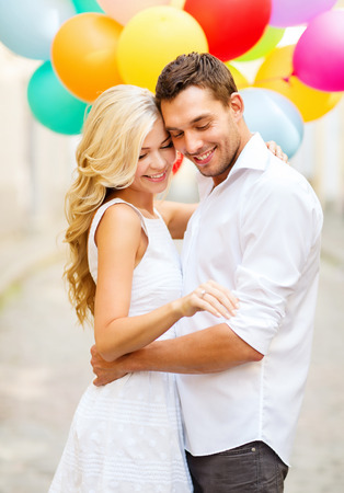 여름 휴가, 축하 및 결혼 개념 - 다채로운 풍선과 약혼 반지와 커플