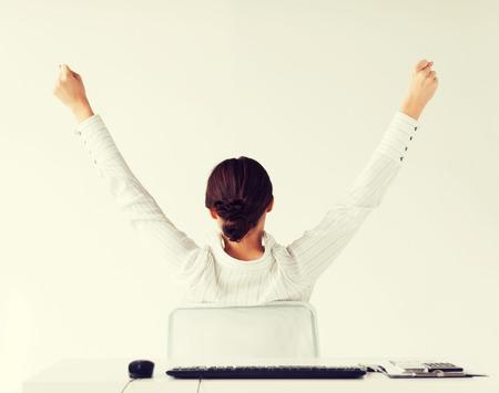ビジネス、オフィス、勝利、達成および教育概念 - 上げられた手が付いている背部からの女性 写真素材