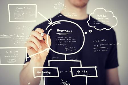 비즈니스, 교육, 기술 - 남자 가상 화면에 계획을 드로잉