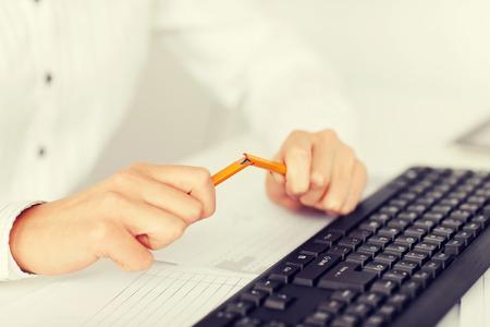 obchod, kancelář, stresu problém koncepce - žena lámání tužka