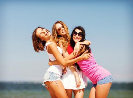 夏の休日や休暇 - ビーチで楽しい女の子のグループ 写真素材