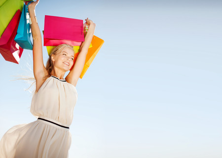 Compras y concepto de turismo - mujer con bolsas de la compra Foto de archivo - 38672577
