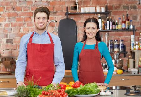 culinaire: cours de cuisine, culinaire, nourriture et les gens notion - couple heureux dans la cuisine