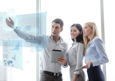 비즈니스 및 사무실 개념 - 사무실에서 태블릿 PC로 작업 비즈니스 팀 웃는