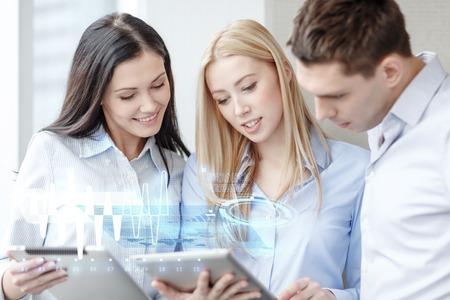 jovenes empresarios: concepto de negocio y la oficina - sonriendo equipo de negocios trabajando con tablet PC en la oficina Foto de archivo