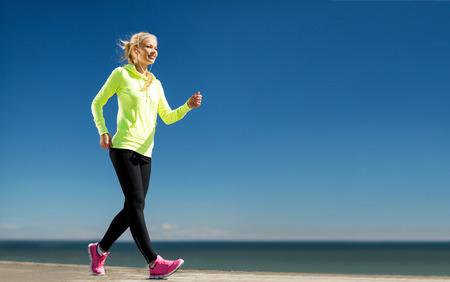 escucha activa: fitness y estilo de vida concepto - mujer haciendo deportes al aire libre