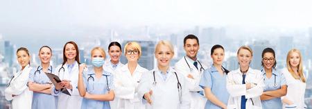 nurses: salud y la medicina concepto - sonriendo médicos y enfermeras con el estetoscopio