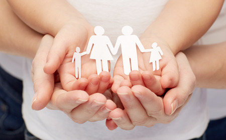 planificación familiar: la gente, la caridad, la familia y el cuidado concepto - cerca de la mujer y chica manos recorte familia de papel Foto de archivo