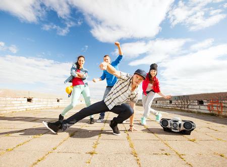 baile hip hop: deporte, el baile y el concepto de cultura urbana - grupo de adolescentes bailando Foto de archivo