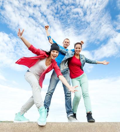 sport, dans en stedelijke cultuur concept - groep tieners dansen