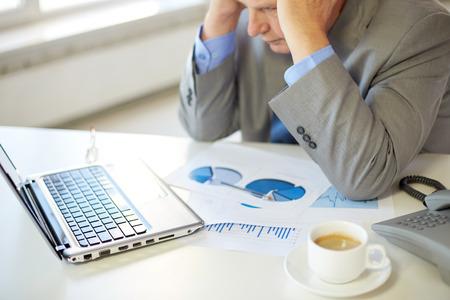 papeles oficina: negocio, gente, fallar, la tecnolog�a y la educaci�n concepto - cerca del viejo hombre estresado con ordenador port�til y documentos en la Oficina