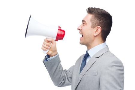 het bedrijfsleven, mensen en publieke aankondiging concept - gelukkig zakenman in pak spreken tot megafoon