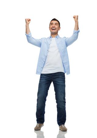 geluk, gebaar en mensen concept - gelukkig lachen man met opgeheven handen