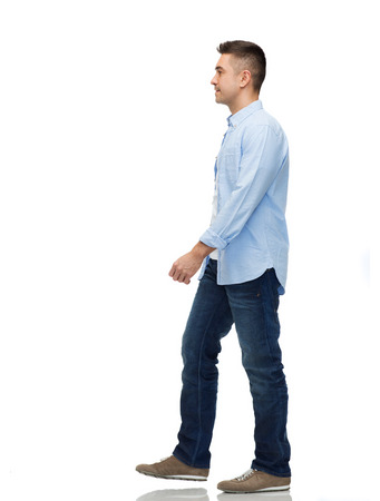 caminando: movimiento y concepto de la gente - hombre caminando Foto de archivo