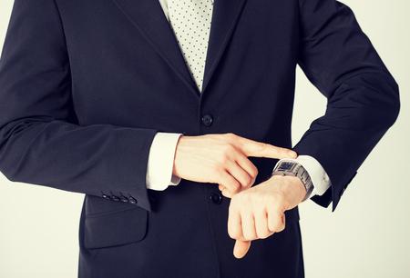 gestion del tiempo: Cerca del hombre mira el reloj