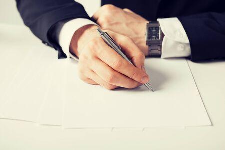 Man writing: imagen de hombre de negocios escribir algo en el papel