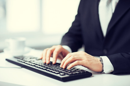 picture of man hands typing on keyboard Imagens