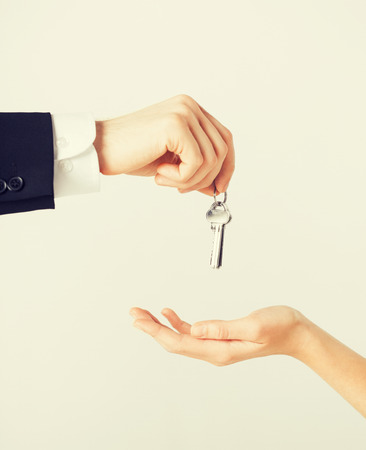 picture of man hand passing house keys to woman Stock fotó
