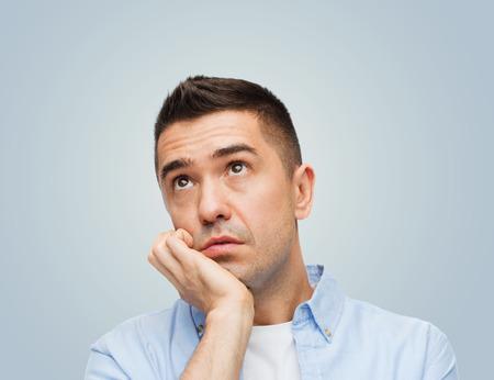 perezoso: emociones, el aburrimiento, la pereza y la gente concepto - aburrido hombre de mediana edad sobre fondo gris Foto de archivo