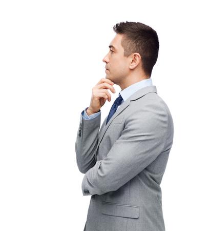 toma de decision: negocios, personas y concepto de oficina - el pensamiento de negocios en traje de toma de decisiones Foto de archivo