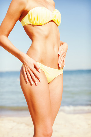 vacances d �t�: plage, vacances, vacances d'�t� et le concept du corps - gros plan de corps de la femme en bikini sur la plage