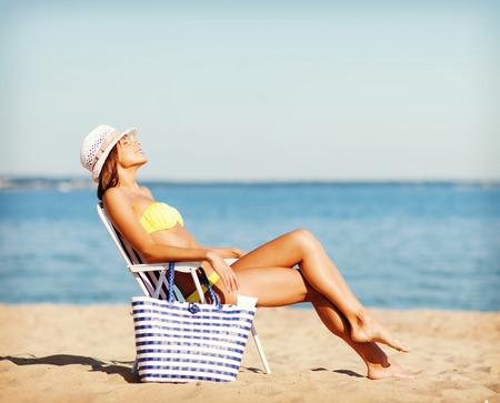 sillon: vacaciones de verano y vacaciones - chica en bikini tomando el sol en la silla de playa
