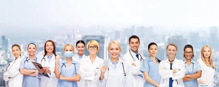 薬と健康管理のコンセプト - 聴診器での医師や看護師に笑みを浮かべて 写真素材