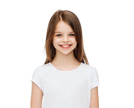 la publicidad y camiseta concepto de diseño - niña sonriente en blanco camiseta en blanco sobre fondo blanco