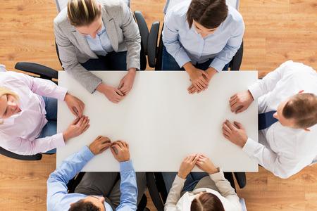 persona sentada: negocios, personas y concepto de trabajo en equipo - Cierre de equipo creativo que se sienta a la mesa en la oficina
